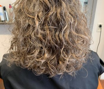 Permanente krøller Søborg, kort håret brunette model med krøller